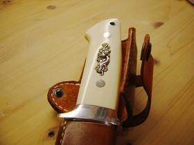 カスタムナイフのハンドル。スナップがハンドルと接触しない構造
