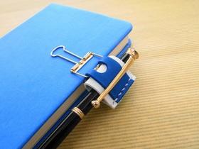 青い手帳に青いペンホルダーの組み合わせ