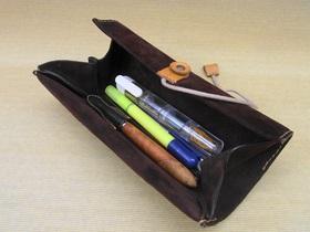小物を収めたペン型ピルケースはペンケースに入れると便利