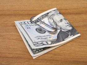 クリップ型マネークリップに紙幣を挟む