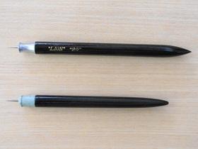 蚤の市で手に入れた鉄筆(上)と使用中の鉄筆(下)