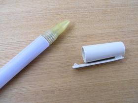 ペン型粉末容器の内キャップと外キャップ