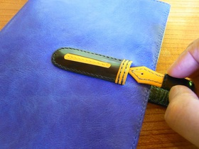 万年筆のキャップから抜くようにしてノートを開く