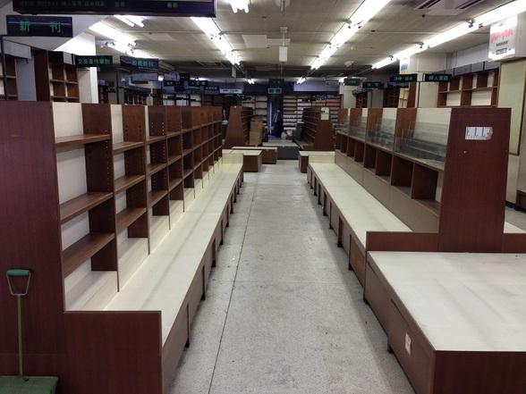 老舗書店の書棚を使ったマルシェ