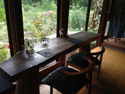 庭と山を眺めるテーブル