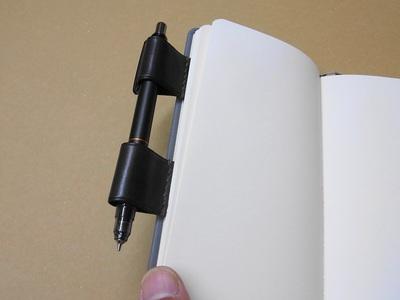 こうすると開くときもペンがぶらぶらしない