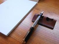 新製品「革のペン置き」