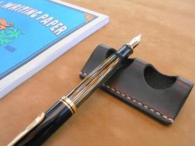 革のペン置き