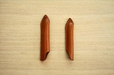 ペンシルモビルスーツのキャップ(左)と大人のペンシルキャップ(右)