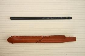 ペンシルモビルスーツとフルサイズ鉛筆の比較