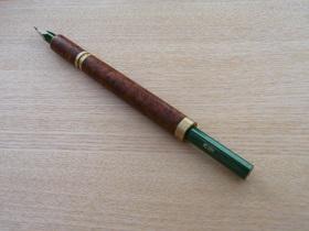 トゥラフォーロは貫通型なので長い鉛筆もそのまま使える