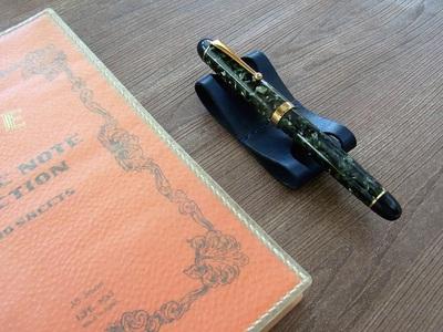 ペンをくつろがせるハンモックタイプのペン置き