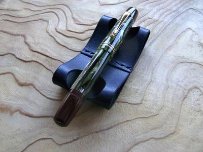中央部が宙に浮いているためペンをとりやすい